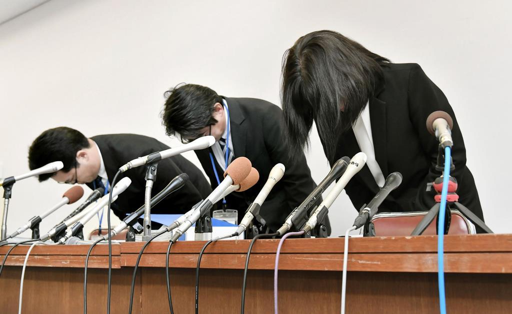 教諭いじめ問題で頭を下げる市立東須磨小校長ら=10月9日、神戸市