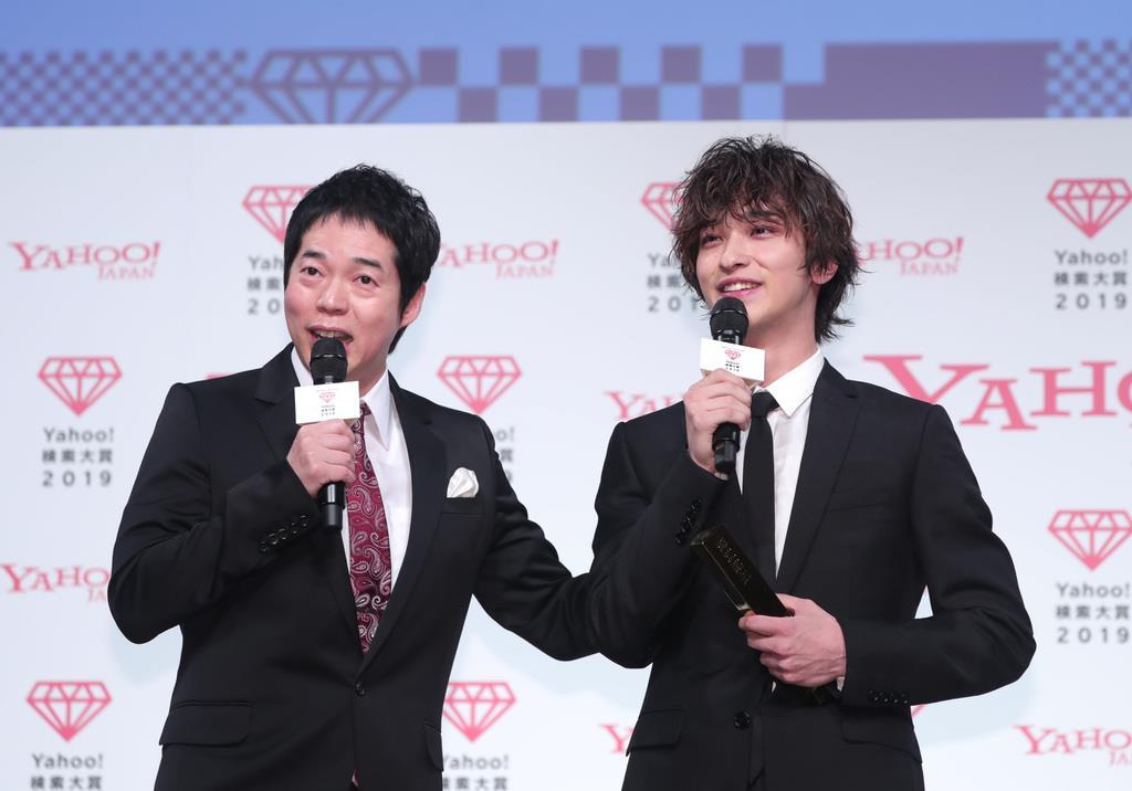 大賞に選ばれ、挨拶する俳優の横浜流星(右)。左はMCの今田耕司=4日、東京都港区(桐原正道撮影)