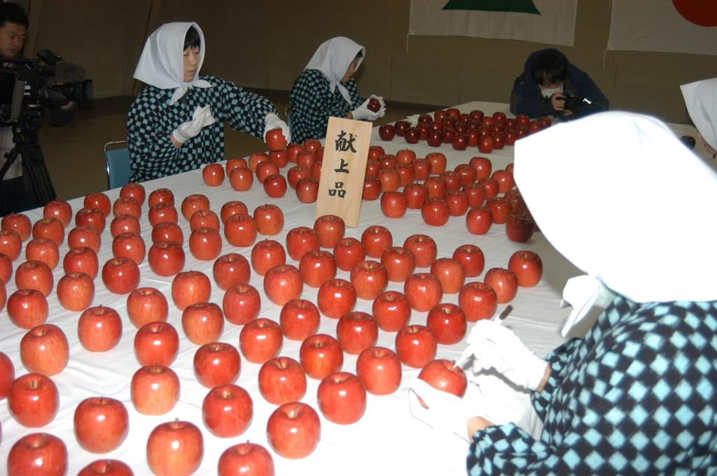 かすりの着物姿の女性たちが一つ一つ丁寧に汚れを落とし、磨き上げた=4日、青森県黒石市(福田徳行撮影)