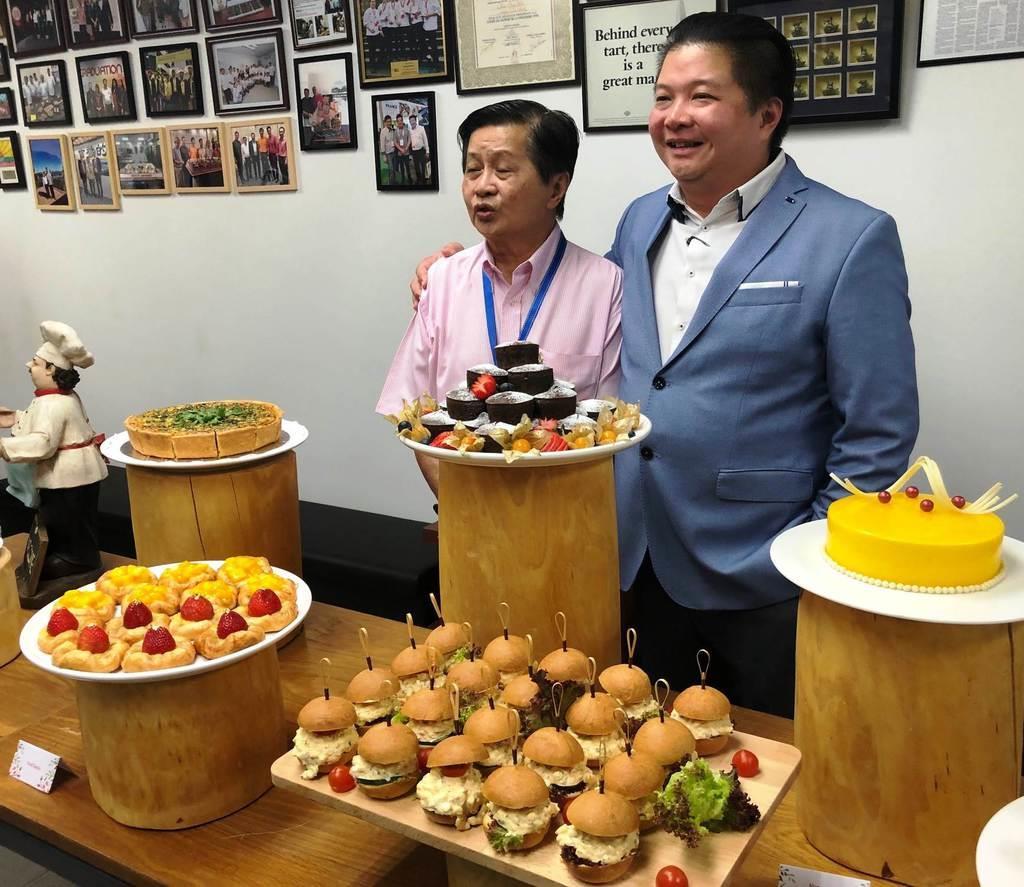 洋菓子を扱う会社のリー・チシュン専務(右)と創業者のリー・レイさん=シンガポール(天野健作撮影)