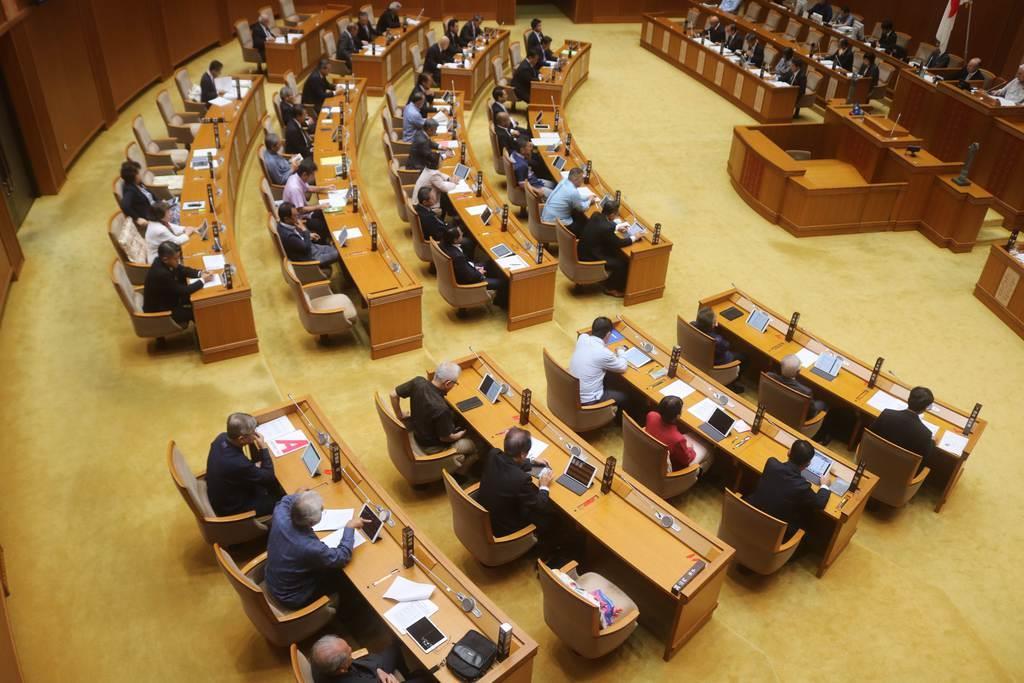 首里城再建のため、議員報酬減額条例案を可決した沖縄県議会=4日午前、沖縄県議会(杉本康士撮影)