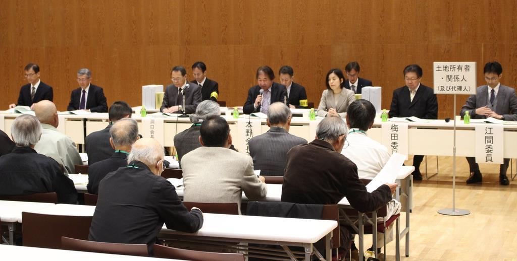 県収用委員会は第1回の審理を開き、起業者と地権者らから意見を聴取した=4日、沼津市大手町
