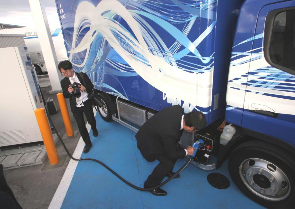 新たに設置された電気トラック専用の急速充電設備=姫路市
