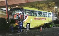はとバス追突、ハイヤーに乗り上げ 西新宿、下敷きの運転手死亡