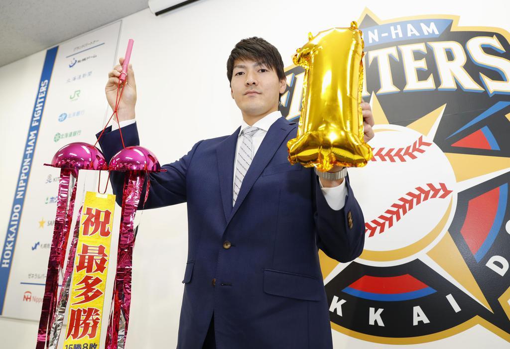 契約更改交渉を終え、ポーズをとる日本ハムの有原航平投手=4日、札幌市内の球団事務所