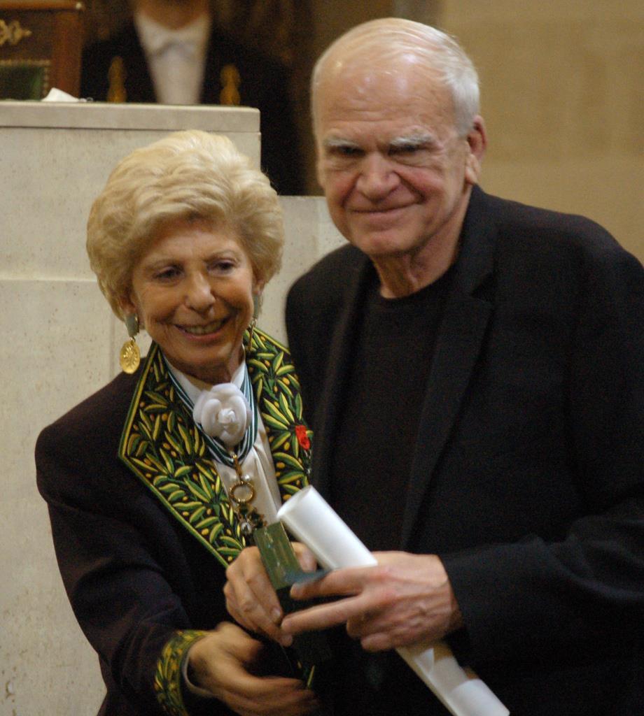 ミラン・クンデラさん(右)=2009年(AP)