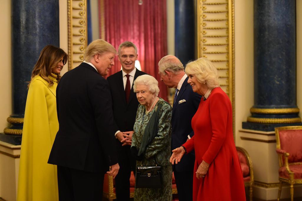 ロンドンのバッキンガム宮殿で、NATO首脳会議の歓迎式典に参加したトランプ米大統領(左から2人目)と会話を交わす、エリザベス英女王(同4人目)=3日(ゲッティ=共同)
