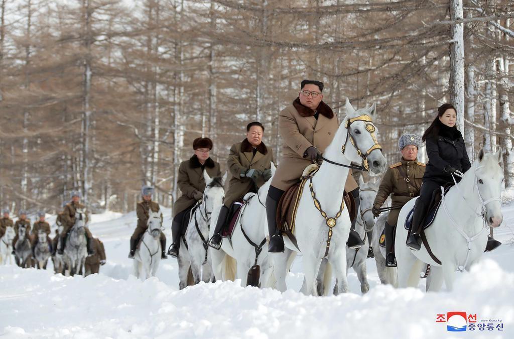 白頭山を視察した北朝鮮の金正恩朝鮮労働党委員長(朝鮮中央通信=共同)