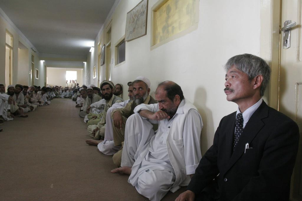 2008年8月、アフガニスタン・ジャララバードの州知事庁舎で、伊藤和也さんを地元住民らと悼む「ペシャワール会」の中村哲医師(右端)(AP)