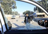 粉々のガラス、窓に銃弾3発の跡…中村医師襲撃現場、道路には血