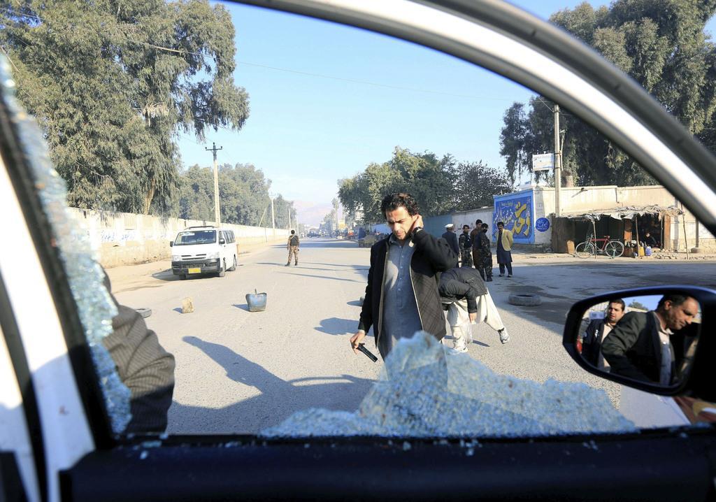 アフガニスタン東部ジャララバードで中村哲医師が襲撃された現場。乗っていた車は窓が割れていた=4日、アフガニスタン東部ジャララバード(ロイター=共同)