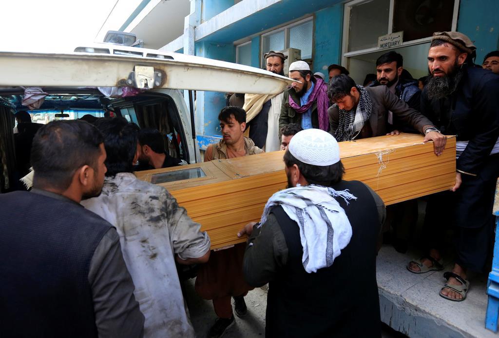 4日、建物から運び出されるアフガニスタンで襲撃を受けた中村哲医師の棺(ロイター)
