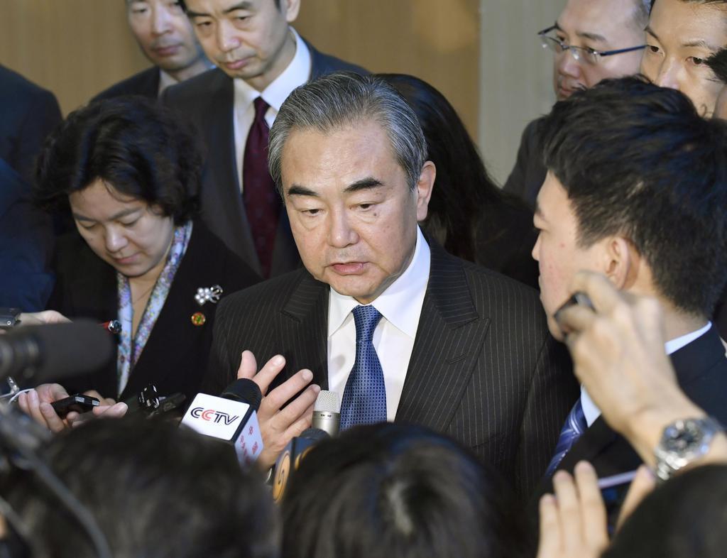 記者の取材に応じる中国の王毅国務委員兼外相=11月25日午前、首相官邸