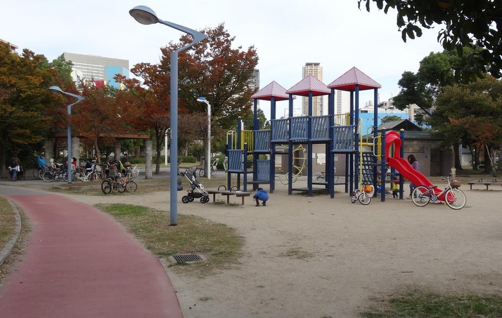 大阪市が保育所を整備する浪速公園。敷地内には多くの遊具がある=大阪市浪速区