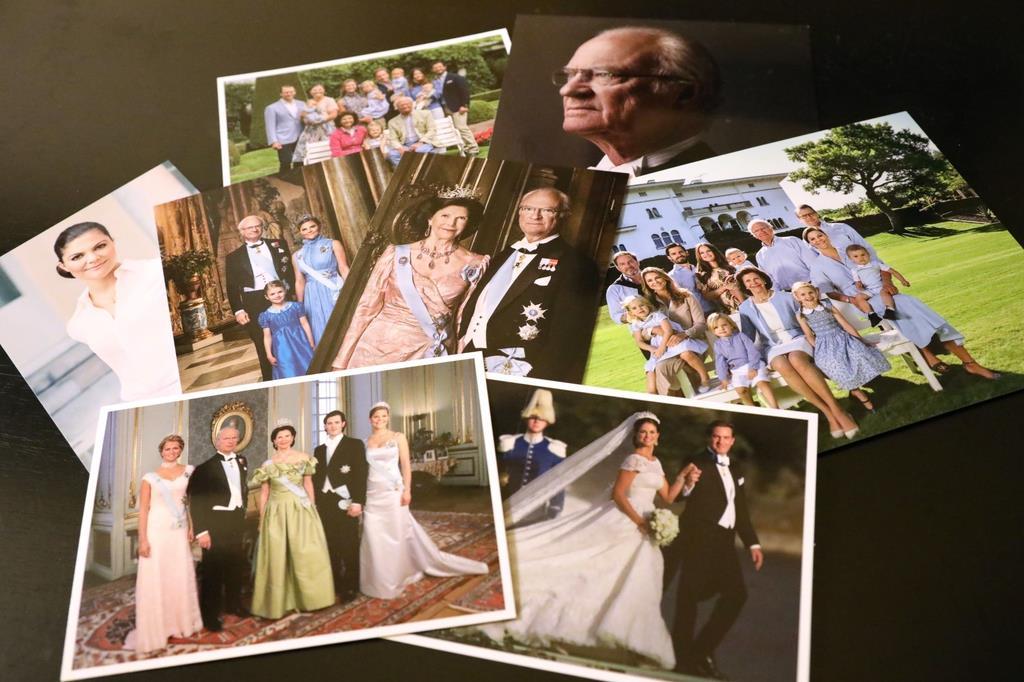 カール16世グスタフ国王など王室メンバーの写真をあしらったはがき=スウェーデン・ストックホルム(桑村大撮影)