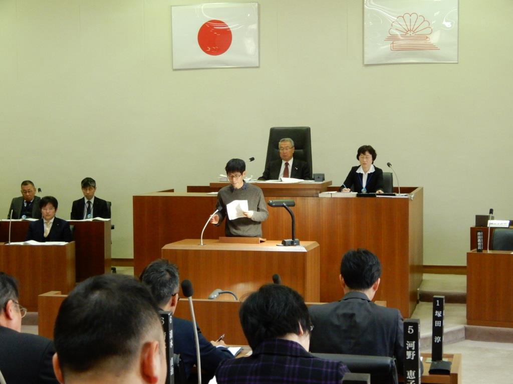 大阪府島本町の臨時町議会で意見陳述する請求代表者=4日午前、同町