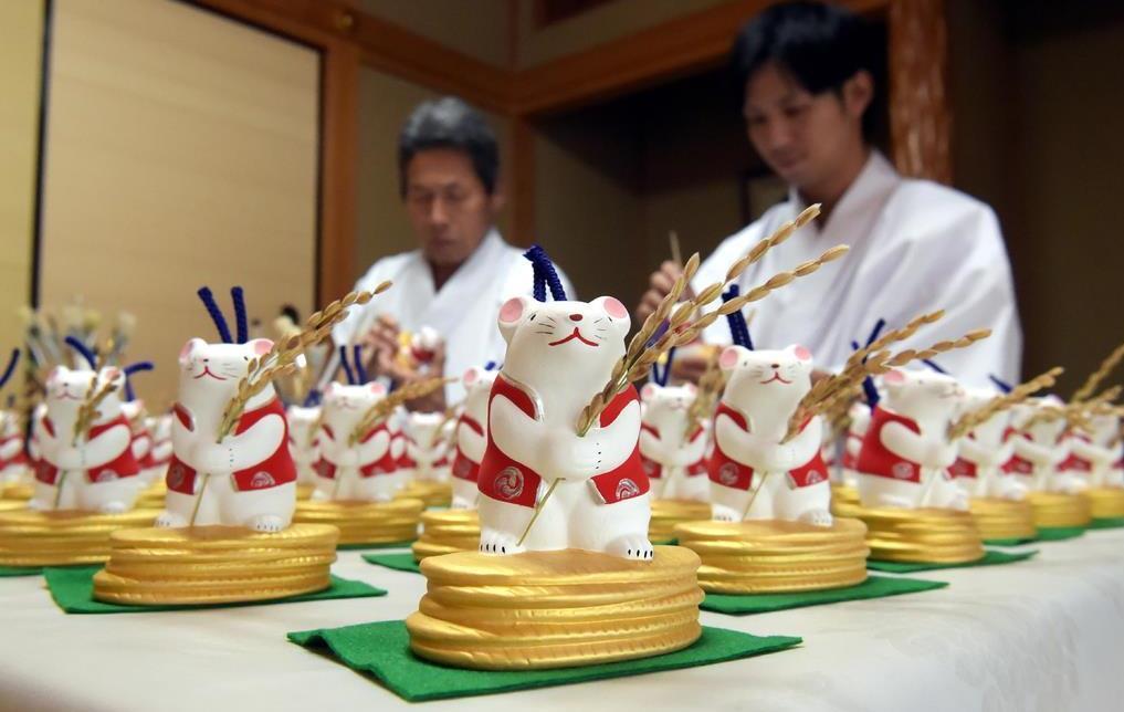追い込みを迎えた干支の土鈴作り=大阪府羽曳野市の誉田八幡宮