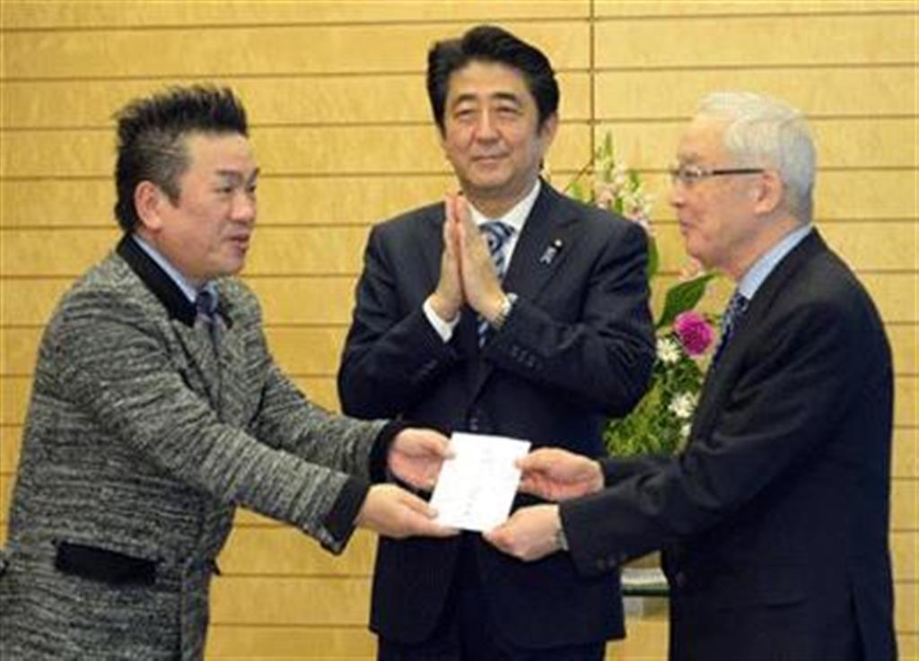 安倍晋三首相立ち会いで、埜中征哉氏(右)にAYAKA寄金を贈るBORO