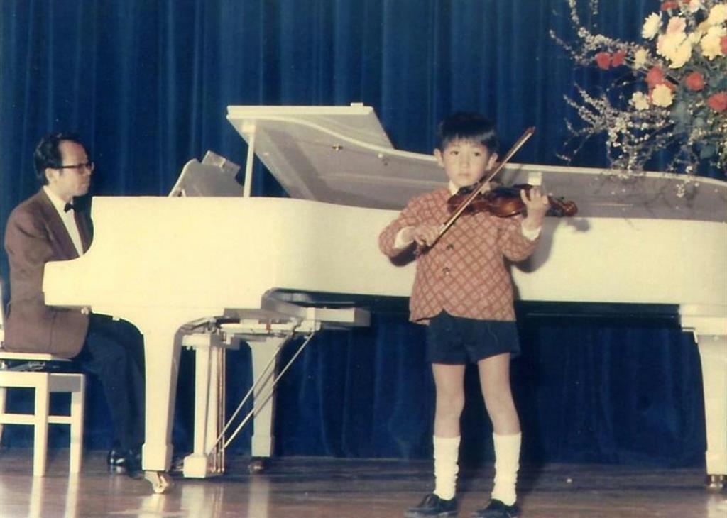 父のピアノ伴奏で、バイオリンの発表会に出た秋川雅史さん。「4歳から習ったけれど、全然上達しなかった」という