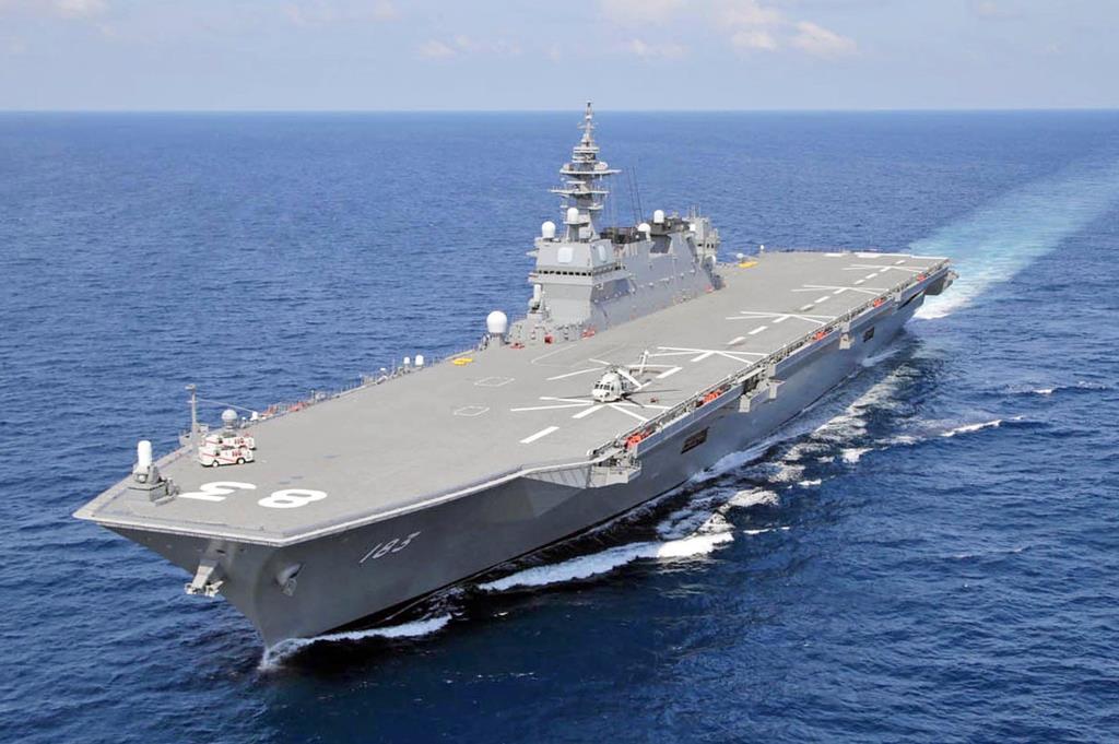 南シナ海を航行する海上自衛隊最大の護衛艦「いずも」=平成29年6月(自衛隊ヘリから、松本健吾撮影)