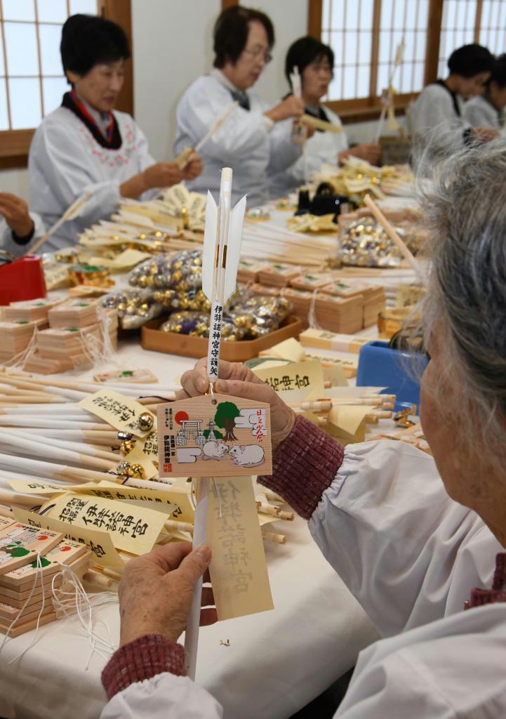 新年用の守護矢を作るいざなぎ会のメンバーら=淡路市の伊弉諾神宮