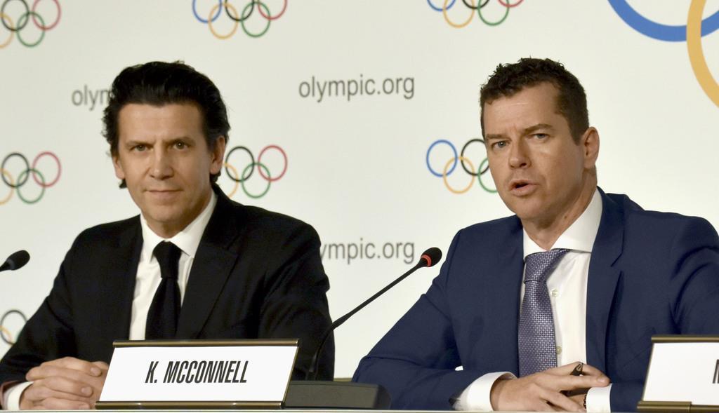 記者会見するIOCのデュビ五輪統括部長(左)とマコネル競技部長=4日、ローザンヌ(共同)