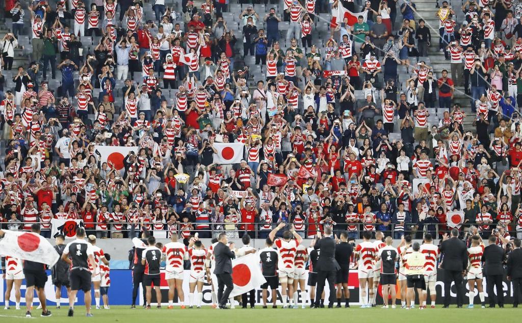 ラグビーW杯準々決勝で南アフリカと対戦した日本フィフティーン(下)と拍手を送るスタンドのファン=10月20日