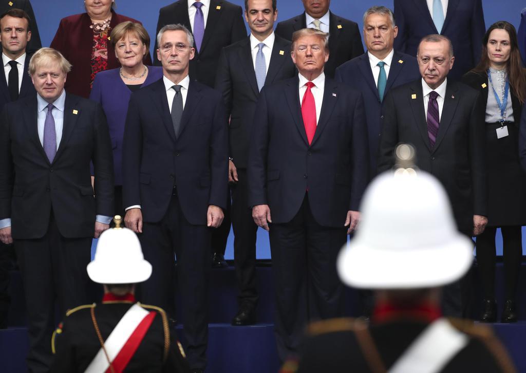 4日、NATO首脳会議で記念撮影するトランプ米大統領(前列右から2人目)ら=ロンドン郊外(AP=共同)