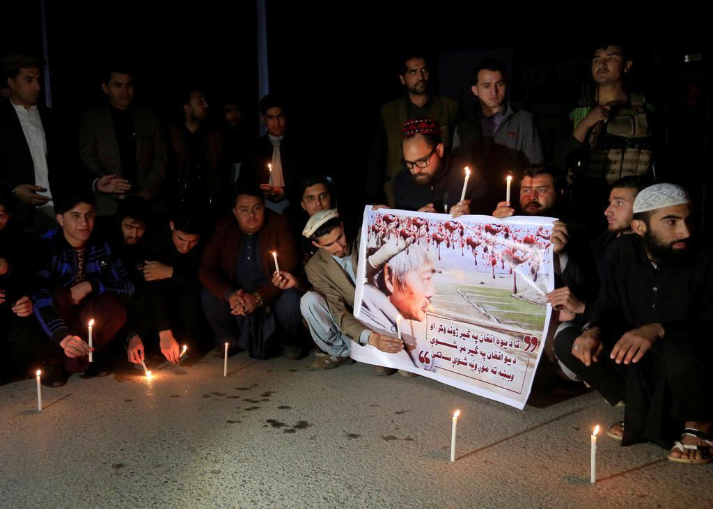 4日、アフガニスタン東部ナンガルハル州ジャララバードで銃撃され、死亡した中村哲医師を追悼する人々(ロイター=共同)