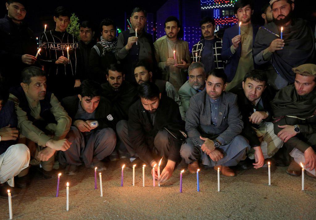 中村哲さんを追悼するアフガニスタンの人たち(ロイター)