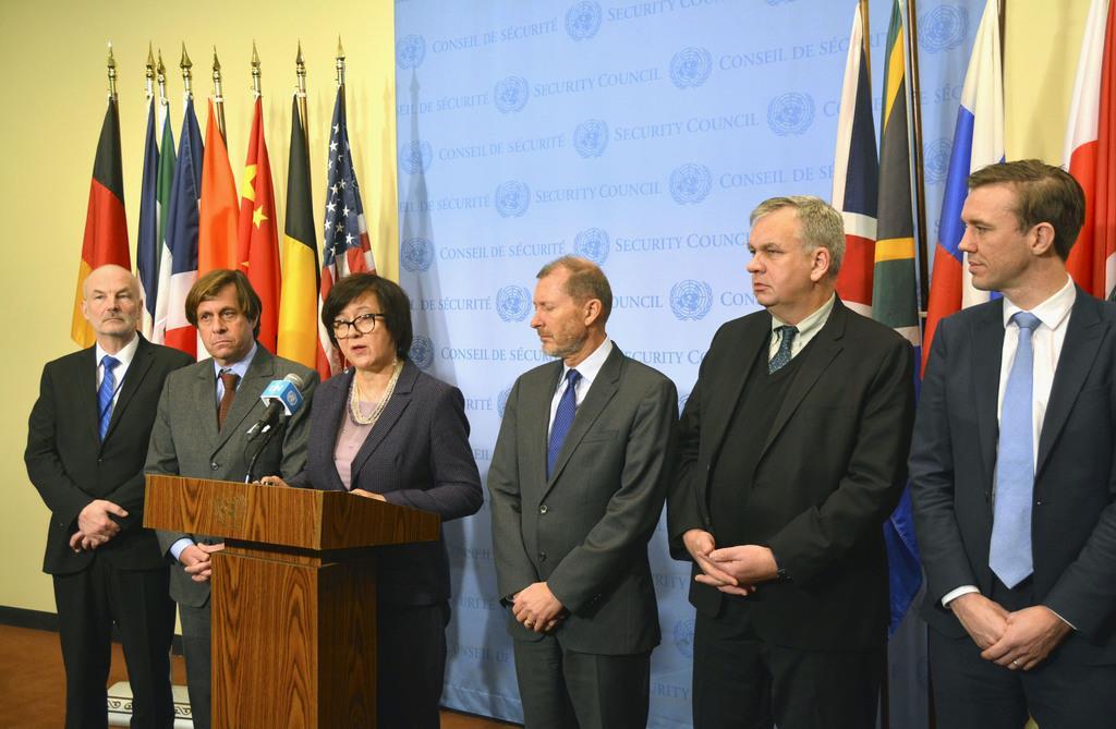 北朝鮮情勢を巡る国連安全保障理事会の会合後、共同声明を発表する欧州6カ国の国連大使ら=4日、米ニューヨークの国連本部(共同)