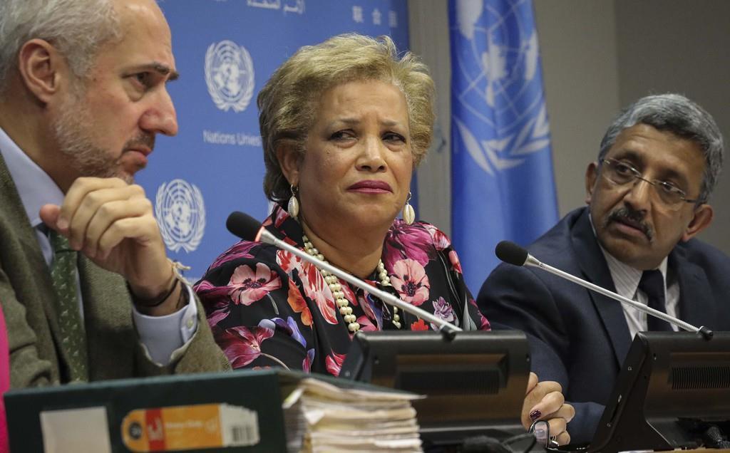 国連のドゥジャリク事務総長報道官(左)=AP