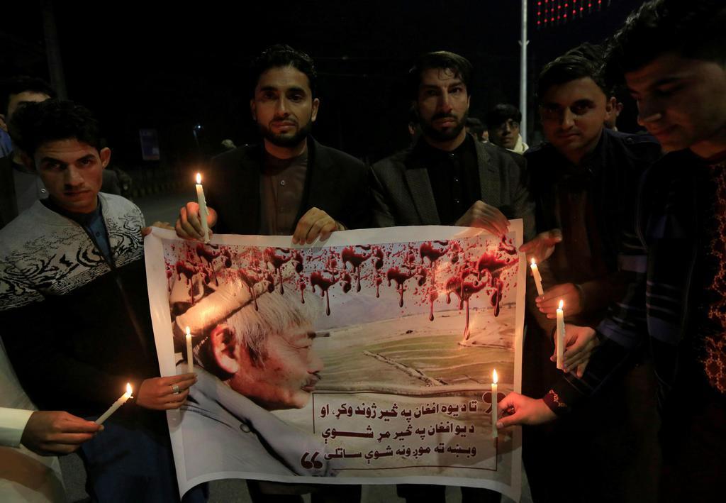 4日、アフガニスタン東部ナンガルハル州ジャララバードで銃撃され、死亡した中村哲医師を追悼する人たち(ロイター=共同)