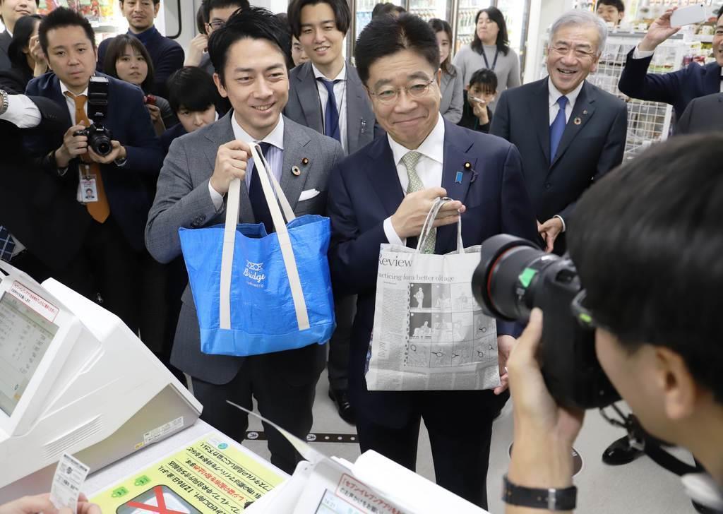マイバッグを手にした小泉進次郎環境相(左)=6日午後、東京・霞が関(奥原慎平撮影)