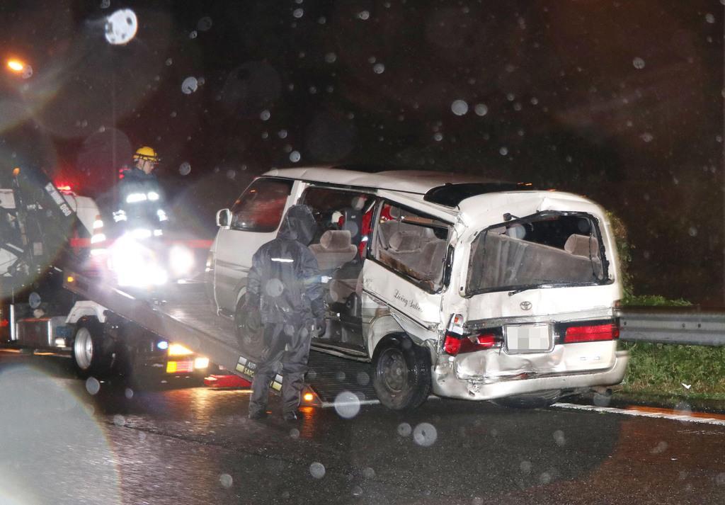 平成29年6月、無理やり停止させられた車の夫婦にトラックが追突し死亡した事故で、移動される車両=神奈川県大井町の東名高速道路