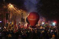 フランス年金改革で80万人抗議デモ 全国ストも続行