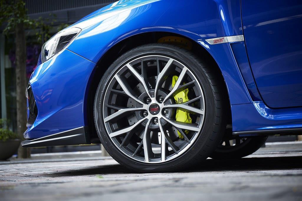 4輪ベンチレーテッドディスクブレーキはブレンボ社製。