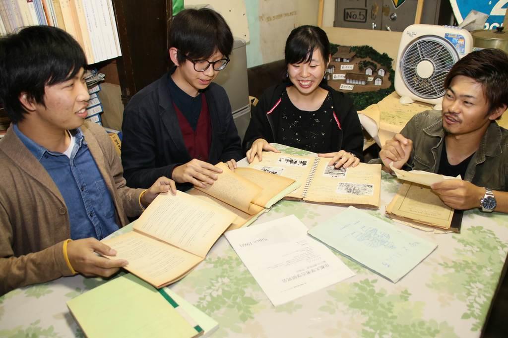 ノーベル化学賞を受賞した旭化成名誉フェローが在学時に関わった文書を手に語り合う考古学研究会の会員ら=10月10日、京都市左京区の京都大学(桑村大撮影)