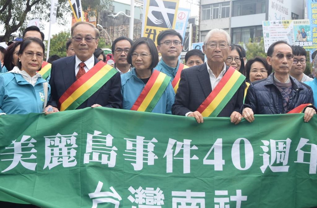 7日、台湾南部・高雄市内で、「美麗島事件」40年のデモ行進に参加した蔡英文総統(中央)=田中靖人撮影