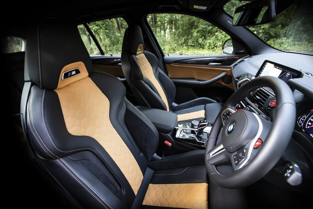 BMW M専用のスポーツシートは電動調整式。(C)Sho Tamura