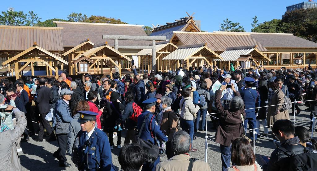 一般参観で大嘗宮に訪れた人々=11月21日午前、皇居・東御苑(萩原悠久人撮影)