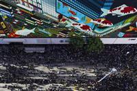 香港で「80万人」デモ 区議会選の「民意」無視に反発