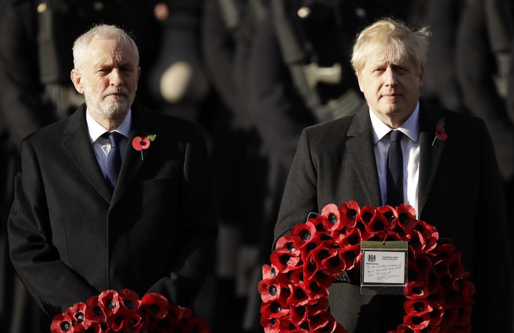 総選挙でライバルになる最大野党・労働党のコービン党首(左)と与党・保守党党首のジョンソン首相=11月10日(AP)