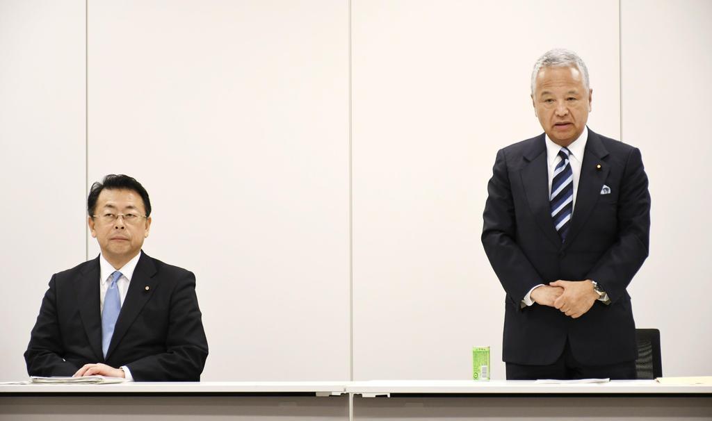 協議を続けてきた自民党の甘利明税制調査会長(右)と公明党の西田実仁税制調査会長