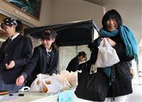 矢板高校の黒カレーパン、道の駅で販売 500個わずか15分で完売