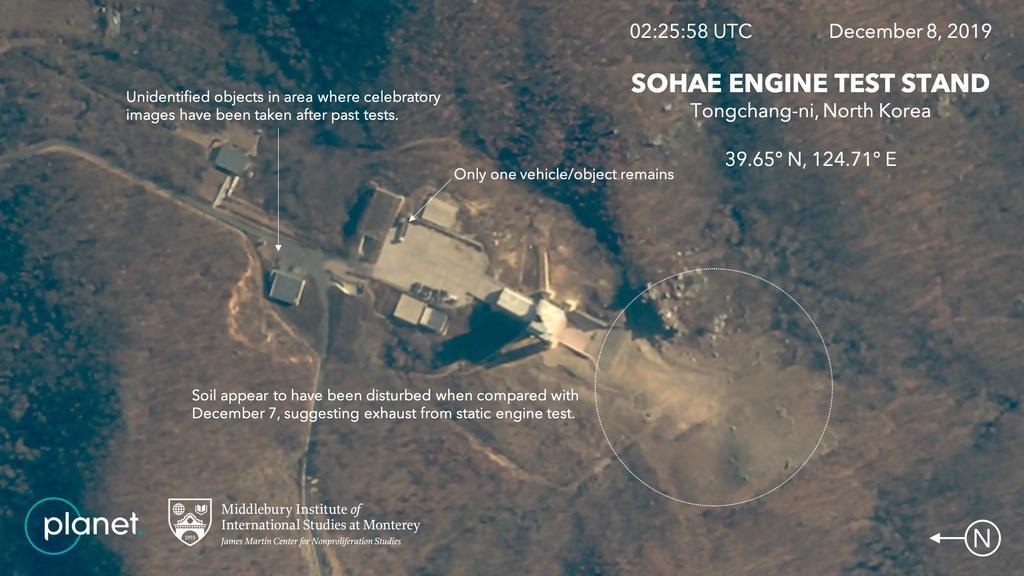 北朝鮮・東倉里のエンジン実験施設を捉えた8日撮影の衛星写真。円で囲まれた部分に噴射で土が吹き飛ばされたような跡がある(プラネット・ラブズ/ミドルベリー国際大学院モントレー校ジェームズ・マーティン不拡散研究センター提供、共同)