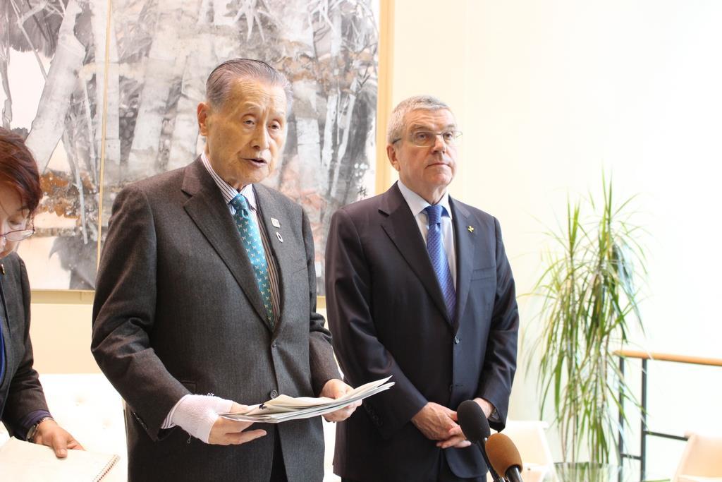 9日、米ニューヨークの国連本部で、記者団に応じる大会組織委員会会長の森喜朗元首相(左)と国際オリンピック委員会(IOC)のバッハ会長(上塚真由撮影)