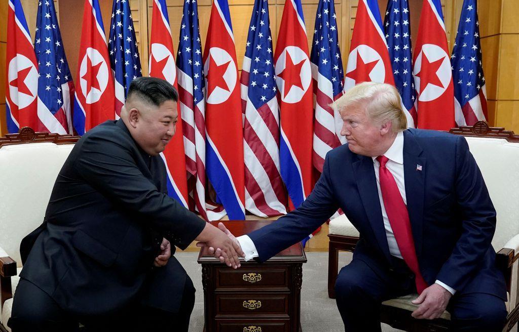 6月30日、板門店で会談したトランプ米大統領(右)と金正恩朝鮮労働党委員長(ロイター)