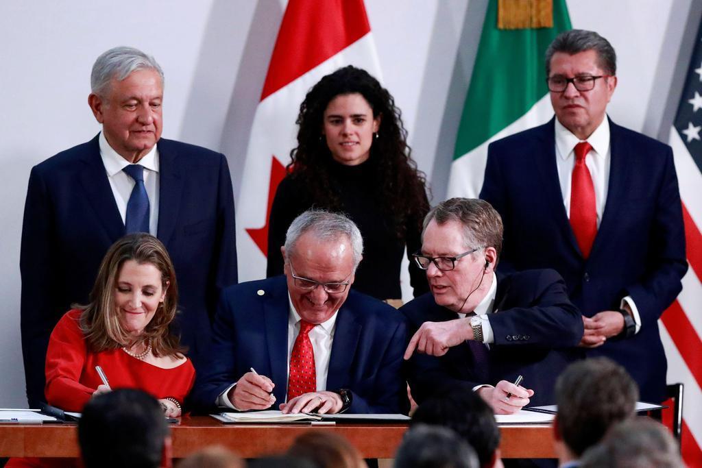 署名するライトハイザー米通商代表(前列右端)とカナダのフリーランド副首相(前列左端)ら=10日、メキシコ市(ロイター)