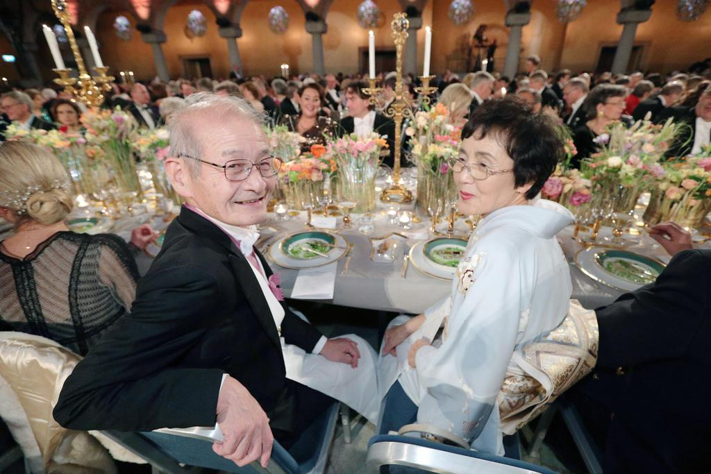 ノーベル賞授賞式後の晩さん会を楽しむ吉野彰・旭化成名誉フェローと妻久美子さん=10日、ストックホルム(代表撮影・共同)